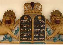 Lions over 10 commandments in Hebrew